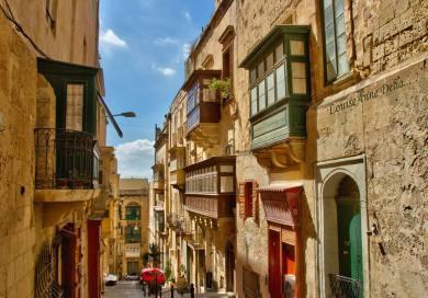 one-of-the-many-beautiful-narrow-streets-in-valletta-Louiseanne-Delia-Photography-3.jpg